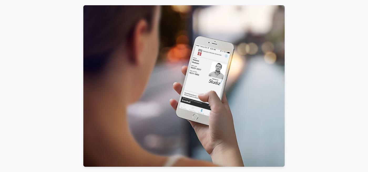 girl using a student discount in the Studiz app